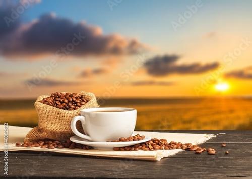 poranna-kawa-swiezo-mielona-na-tle-wschodzacego-slonca