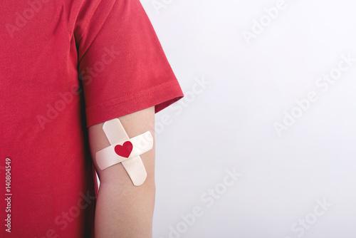 Photo niño con un corazon dibujado en su brazo