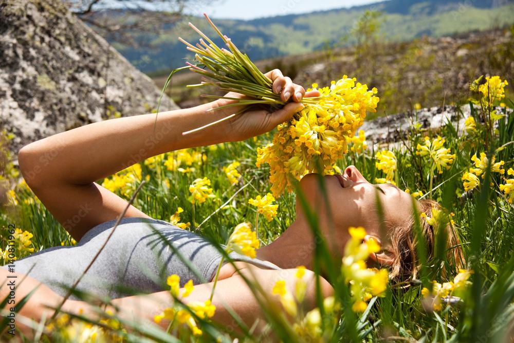 Fototapety, obrazy: femme couchée dans l'herbe avec un bouquet de coucous