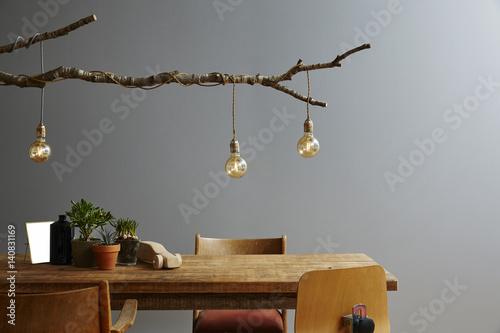 Plakat nowoczesne wnętrze drewniane meble i wzornictwo lampy i żarówki