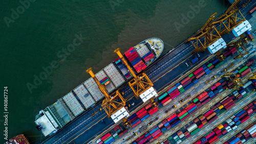 Obraz na płótnie Kontenerowiec w eksporcie importowym i logistyce biznesowej dźwigiem