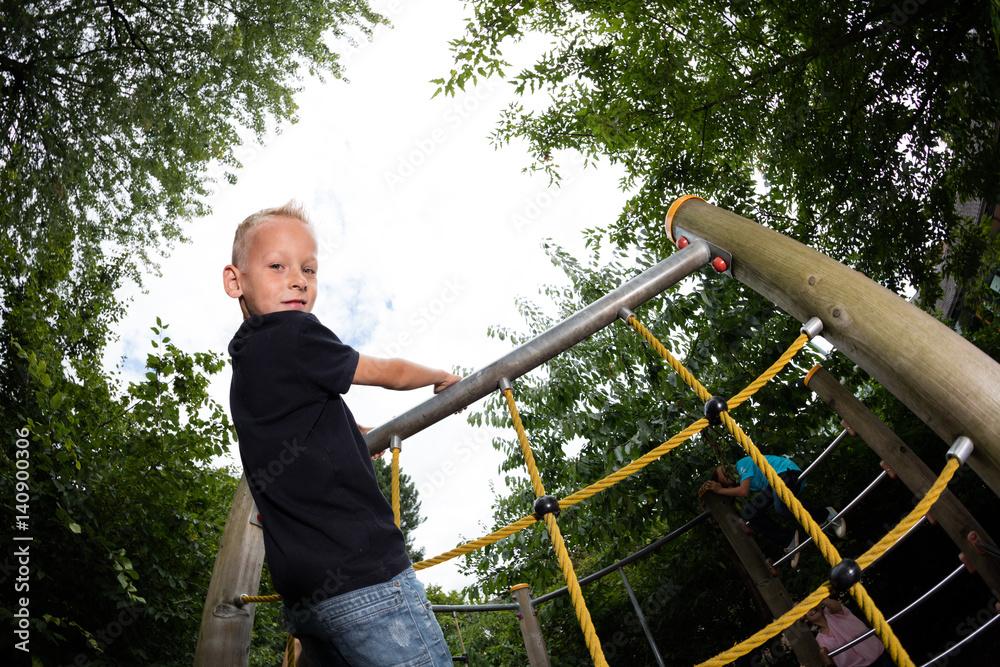 Klettergerüst Wohnzimmer : Junge auf einem klettergerüst foto poster wandbilder bei europosters