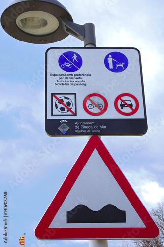 Fotografie, Obraz  Letreros informativos en la calle y farola de luz en el pueblo de Pineda De Mar