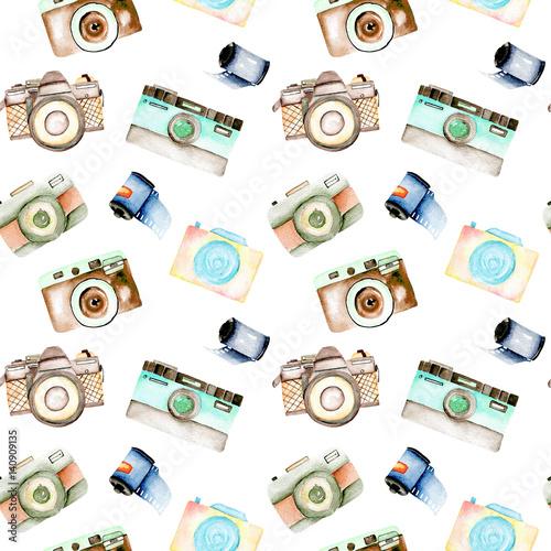 bezszwowy-wzor-z-akwareli-retro-kamerami-i-filmami-reka-rysujaca-odizolowywajaca-na-bialym-tle