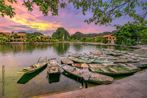 Foto  Rowing boat Waiting for passengers at sunrise,Hoa Lu Tam Coc,Hoi An Ancient Town,Vietnam