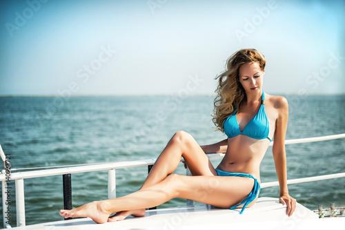 Fotografía  Beautiful girl sitting on the yacht board