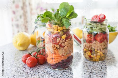 Geschichteter Salat in Einmachglas