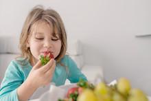 Jolie Jeune  Fille Mangeant Des Fraises