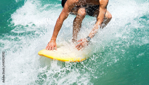 Photo  Close-Up ofsStaying low on a surfboard