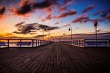 Fototapeta Miasto - Wschód słońca na molo