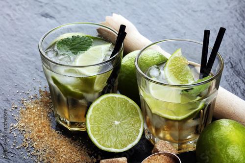 drinki-z-limonka-cukrem-trzcinowym-i-czarnymi-slomkami
