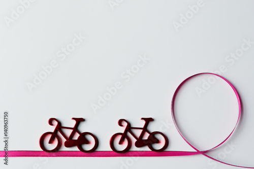 Dwa miniaturowe rowerki na białym tle.