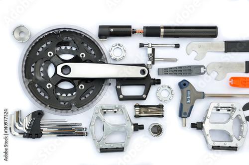 Obraz Części i akcesoria rowerowe na białym tle. - fototapety do salonu
