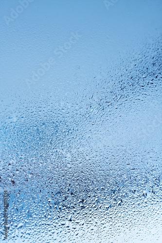 szklo-okienne-z-kondensacja-silna-wysoka-wilgotnosc-w-pomieszczeniu-duze-krople-wody-splywaja-przez-okno-zimny