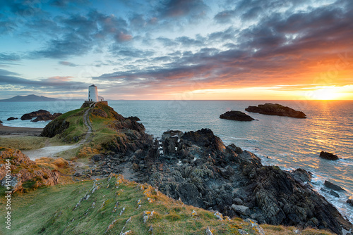 Foto op Aluminium Kust The lighthouse on Ynys Llanddwyn