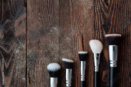 duze-pedzle-do-makijazu-leza-na-drewnianym