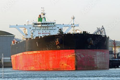 Foto  Supertanker wird in Rotterdam gelöscht