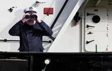 Kapitän Steht Mit Fernglas An Der Reeling