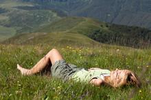 Femme Couchée Dans L'herbe Da...