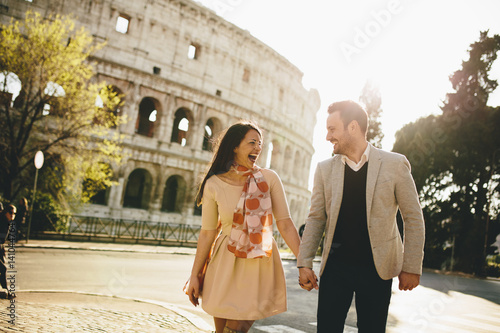 Photo  Loving couple in front of the Colosseum in Rome, Italy