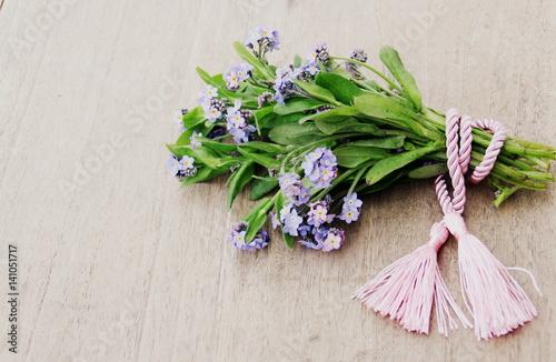 Bouquet De Myosotis Bleus ,décoration Sur Fond Bois
