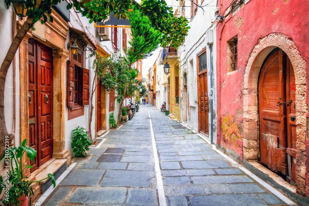 Urocze uliczki starego miasta na wyspie Rethymno.Crete, Grecja