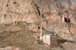 eine kleine Moschee namens Eski Bayezıt Cami mit Minarett klebt unterhalb einer Burgruine an einer Felswand bei Dogubeyazit, Provinz Agri, Kurdistan, Anatolien, Türkei