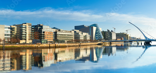 Photo Modern buildings and offices on Liffey river in Dublin