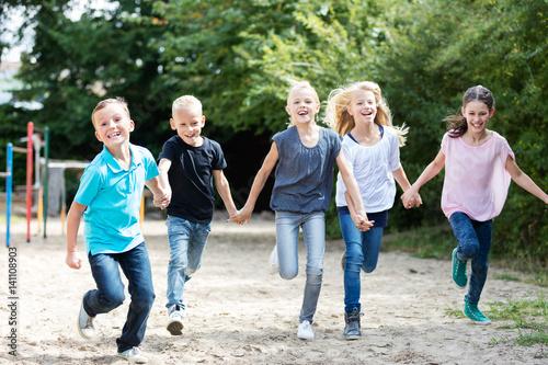 Valokuva  Kinder laufen auf dem Schulhof
