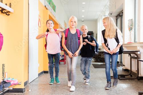 Plakat Studenci idą na korytarz