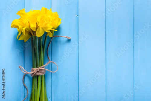 Deurstickers Narcis Spring background with daffodils on wooden table