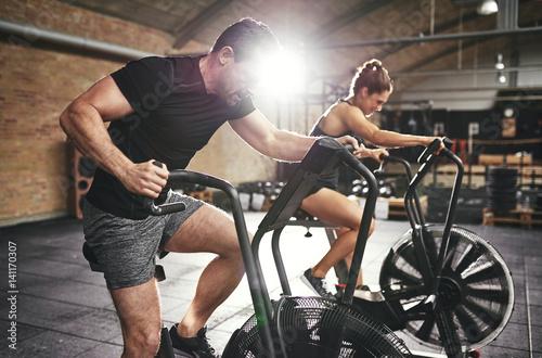 Photo  Man and woman riding fast on simulators
