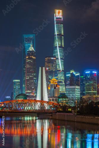 Plakat Shanghai Pudong przy zmierzchem w Szanghaj, Chiny.