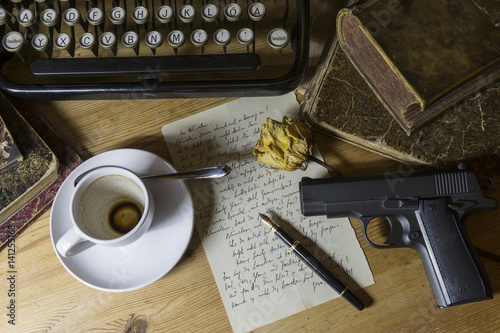 Fotografie, Tablou  Stillleben mit Schreibmaschine und Pistole