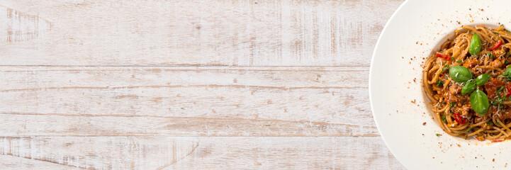 spaghetti Bolognaise auf weißem Holztisch - Banner / Banner