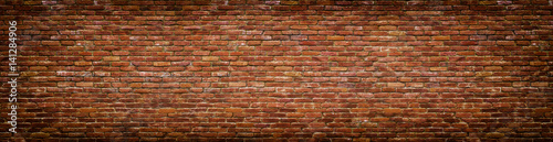 Montage in der Fensternische Ziegelmauer grunge brick wall, old brickwork panoramic view