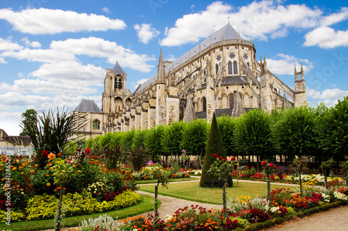 Papiers peints Con. ancienne Cathedral in Bourges, beautiful garden, France