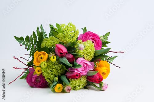 kolorowy-bukiet-kwiatow-w-pozycji-lezacej-na-bialym-tle