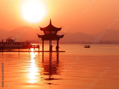中国,浙江省西湖の夕日