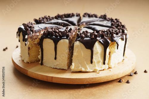 okragle-ciasto-z-polewa-czekoladowa-na-bezowym-tle