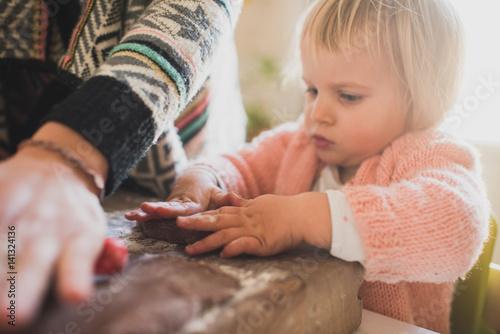 bambina prepara biscotti con formine