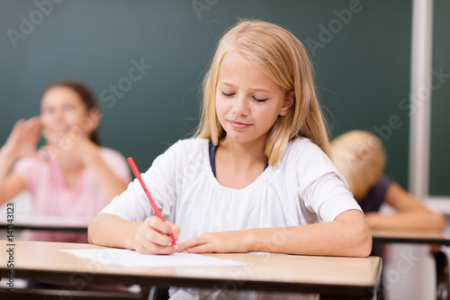 Fotografia junge Schülerin schreibt konzentriert