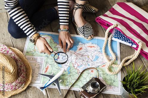 kobieta-planujaca-podroz-samolot-kapelusz-i-plazowa-torba-lezaca-na-mapie