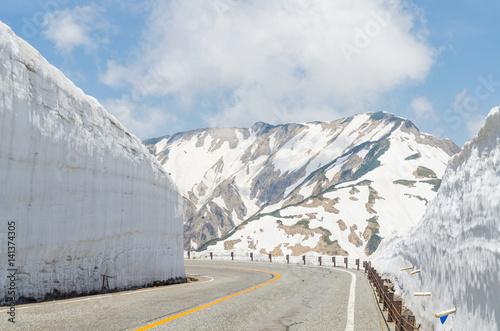 Foto op Plexiglas Japan Empty road and snow wall at japan alps tateyama kurobe alpine route