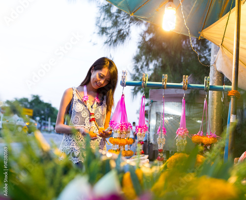 Fotografía Woman buying flower at hawker in thailand