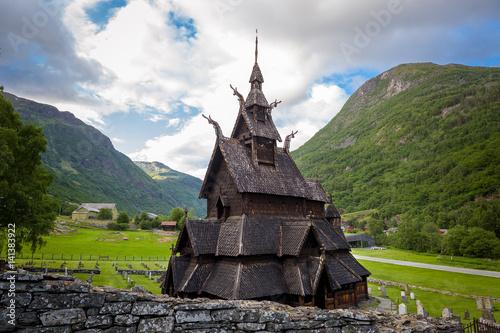 Poster Scandinavie Borgund Stave Church and mountain background