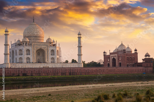 Poster Artistique Historic Taj Mahal at sunset as viewed from Mehtab Bagh. Taj Mahal a white marble mausoleum designated as the UNESCO World heritage site.