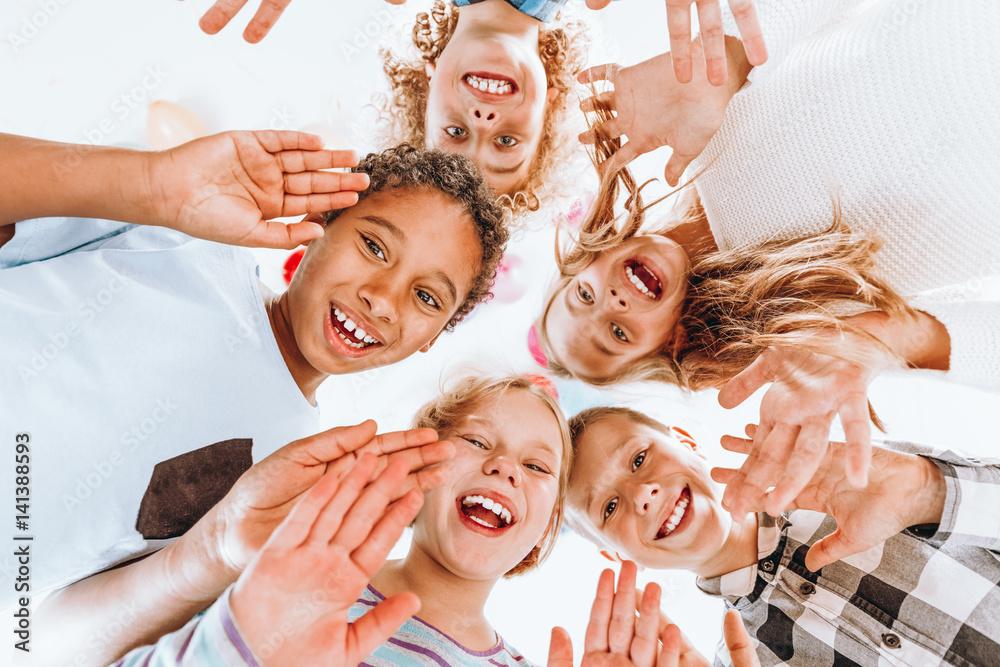 Fototapety, obrazy: Happy children waving