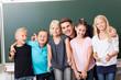Gruppe fröhlicher Kinder mit Lehrer