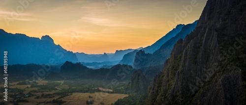 Foto  Top view on Pha Ngern Mountain in evening at Vang Vieng, Laos